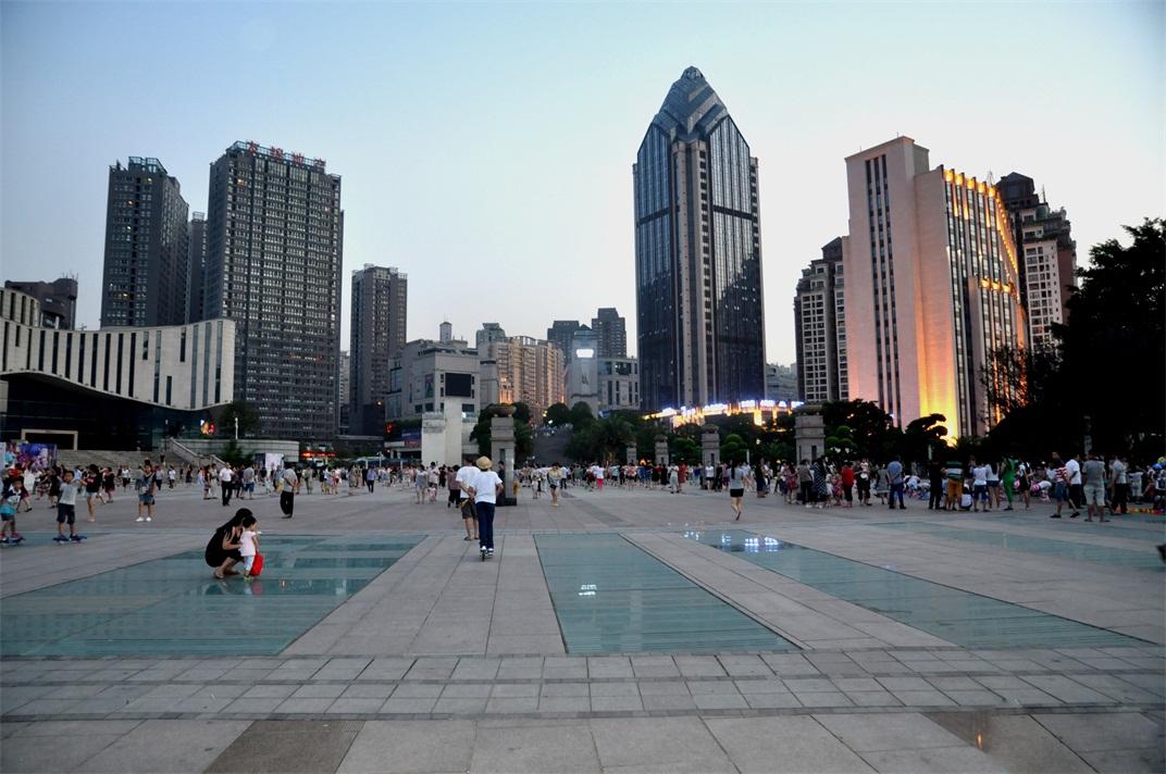 两江广场,又名锦绣州广场,位于乌江和长江的交汇处,占地2.7万平方米,是朝天门广场的2倍,总投资约2亿元,于2010年4月建成投入使用。它的中心线处于涪陵城的中轴线上,南通商业综合体——金科世界走廊,东临涪陵大剧院,西面毗邻白鹤梁水下博物馆,主要景观包括:明清古城墙、展现涪陵民俗民风的荔园秋色、白鹤时鸣、松屏列翠等涪陵八景雕塑,广场四周的景观护栏上雕刻着先秦以来咏涪的有关诗文,广场绿化工程以景观大树为主骨架,辅以开花小乔木和花灌木,并适量布置鲜花点缀。广场好似江中巨轮的船头,两翼连